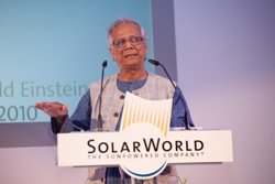 SolarWorld concede el Premio Einstein al Nobel de la Paz Muhammad Yunus por su fomento de la energía solar en el Tercer Mundo