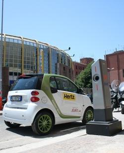 Hertz Italia lanza el vehículo eléctrico Smart Fortwo para los clientes de ITALO-NTV en Roma