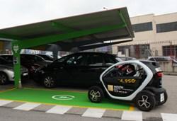 Lilly da un paso más en su compromiso con la sostenibilidad y su promoción entre los empleados e instala un poste de carga para coches eléctricos